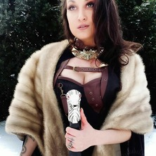 🐾 A huge THANK to gorgeous @barbell_baroness 👑 for sharing her picture with us !  Necklace by @amonseuldesir_boutique  🐾 #StarkCosplay  #MedievalCostume  #HouseStark  #MedievalStyle  #SwordGirl  #MedievalFantasy  #AryaStark  #GOTCosplay  #LongClaw  #WinterIsComing