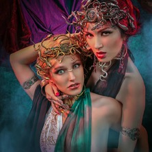 ❤💀 Photographer @stark.janus  Models @kittycatlv & @alto_mariya Stylism @linn.bellah  MakeUp & Hair @groet_jennifer Crowns & Jewelry @amonseuldesir_boutique  💀❤ #AncientGreece #Medusa #MedusaHair #GreekGoddess #MedusaCosplay #MedusaArt #GreekMythology #Historical #GreekTragedy #Theatre #Entrelacs #Interlaced