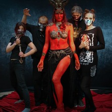 👹🔥 Yesterday we summoned a sultry entite straight from the mythical city of Pandemonium 😈 ... with a hell of a team @stark.janus @alto_mariya @flessimetati and @groet_jennifer 🔥👹  #BehindTheScenes #Backstage #Photoshoot #Photoshooting #PhotoSet #PhotoStudio #GroupPhoto #GroupPhotoshoot #TeamPhoto