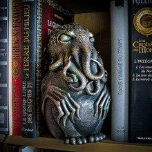 "🐙 New buddy at home ... We already love him !!! ""Ph'nglui mglw'nafh Cthulhu R'lyeh wgah'nagl fhtagn"" 🐙 #Cthulhu #Lovecraft #Books #HomeLibrary #Library #CthulhuMythos"