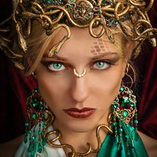 🐍👑 Photographer @stark.janus  Model @kittycatlv MakeUp & Hair @groet_jennifer  Stylism @linn.bellah  Crown & Jewelry @amonseuldesir_boutique  👑🐍 #Medusa #MedusaHair #MedusaCosplay #GreekMythology #GreekGoddess #MedusaCrown #SnakeCrown #MythicalGoddess #AncientGreece #Gorgona #GreenEyes