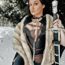 🐾 A huge THANK to magnificient @barbell_baroness 👑 for sharing her picture with us !  Necklace by @amonseuldesir_boutique  🐾 #StarkCosplay  #MedievalCostume  #HouseStark  #MedievalStyle  #SwordGirl  #MedievalFantasy  #AryaStarkCosplay #GOTCosplay  #LongClaw  #WinterIsComing